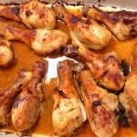 muslos pollo al horno en la bandeja