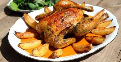 pollo asado patatas mesa