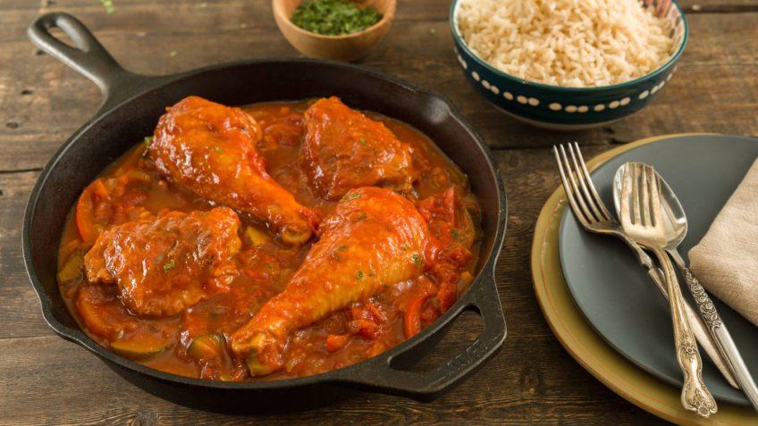 pollo guisado olla cubiertos